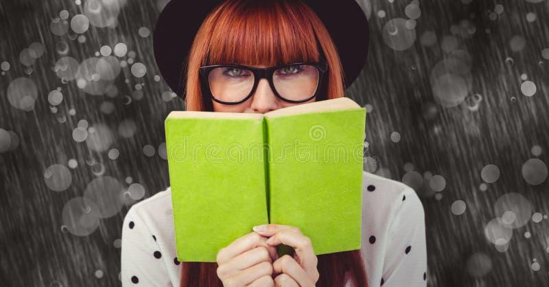 Bok för Hipsterinnehavgräsplan mot abstrakt bakgrund fotografering för bildbyråer