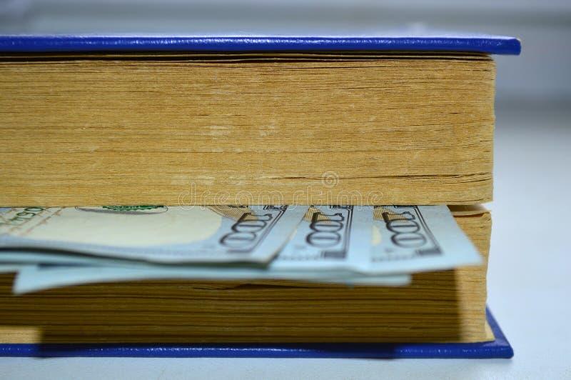 Bok med en bokmärke från dollar royaltyfri fotografi