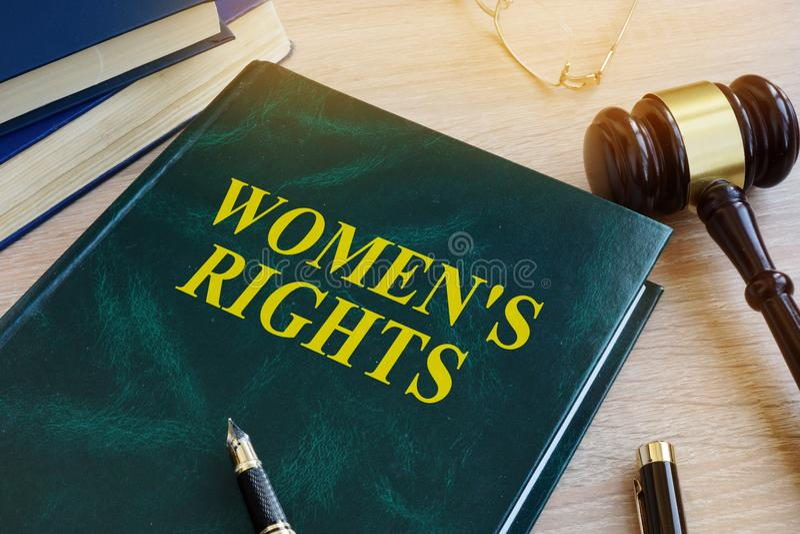 Bok med kända rätter för kvinna` s Jämställdhetbegrepp royaltyfria bilder