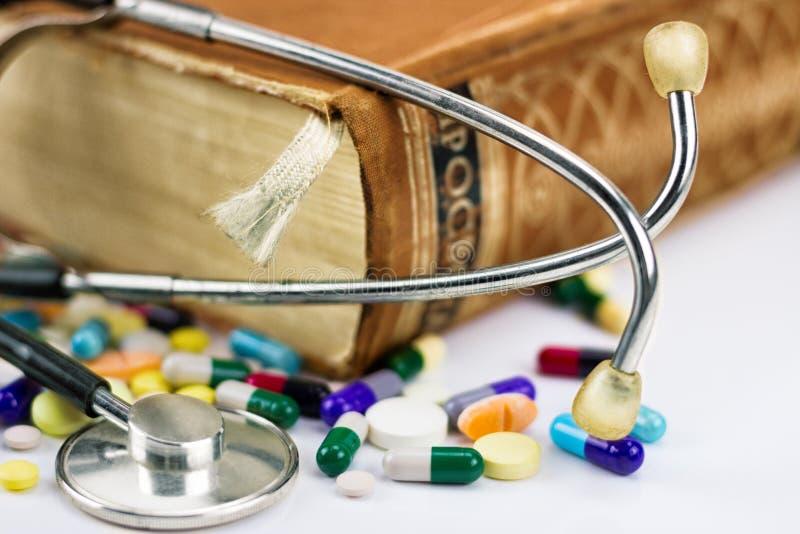 Bok med stetoskopet royaltyfri foto