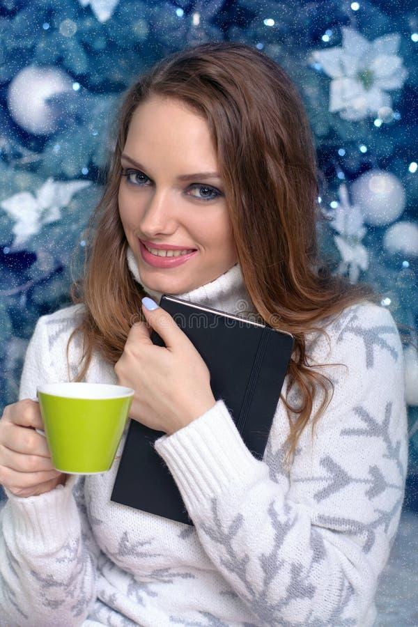 Bok och dricka för flickaomfamning royaltyfri foto