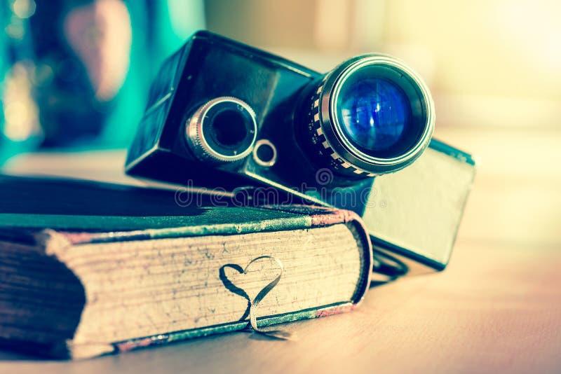 Bok och en forntida videokamera royaltyfri bild