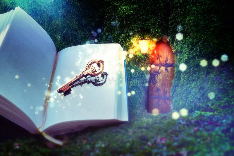Bok och tangent till fantasi royaltyfri fotografi