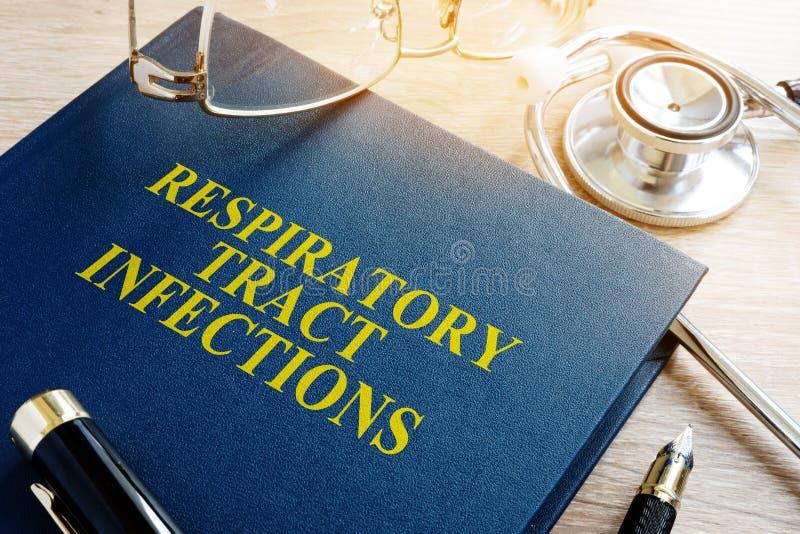Bok om infektioner för respiratoriskt område fotografering för bildbyråer