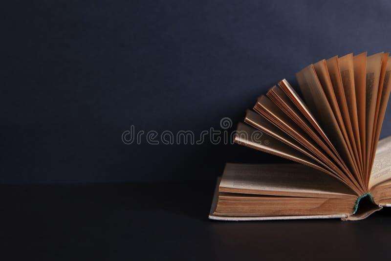 Bok på den svarta tabellen arkivfoto