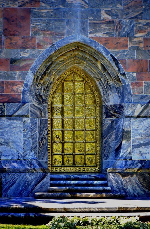Boka śpiewu wierza złoty drzwi zdjęcie stock