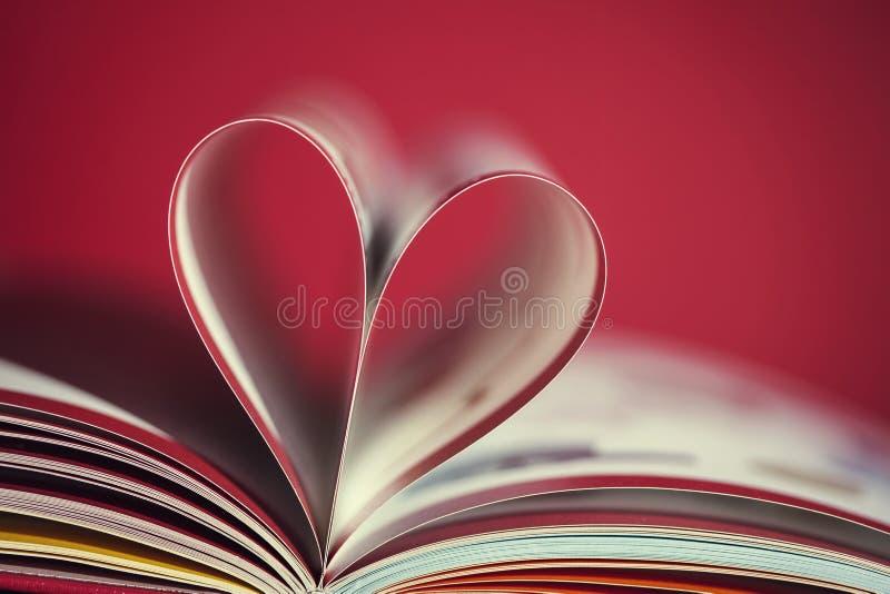 Boka med hjärta royaltyfri foto