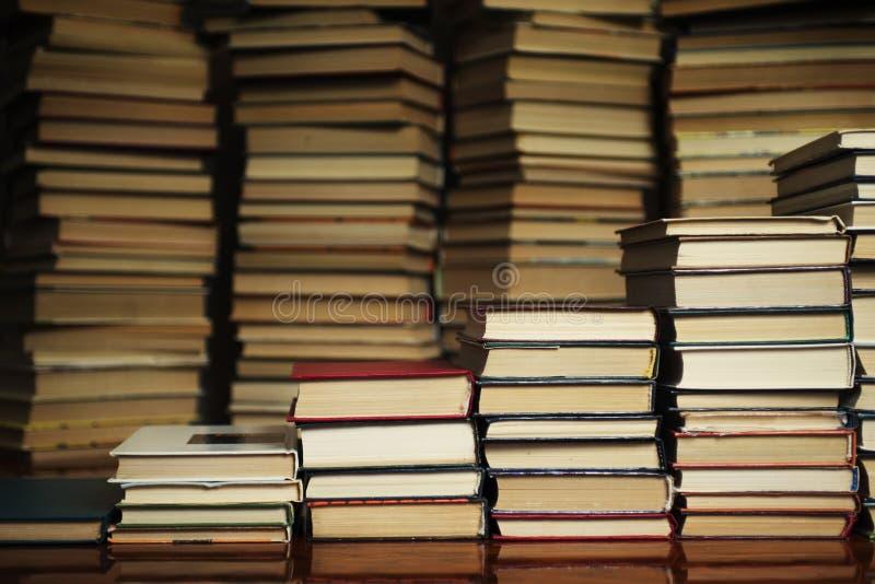 Boka trappa på bakgrunden av böckerna arkivbilder