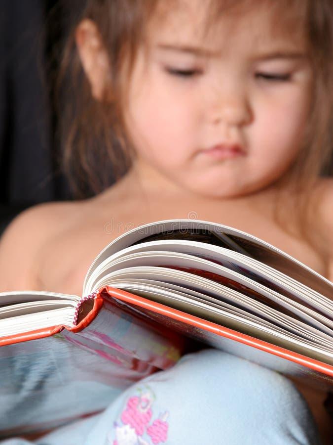 bokavläsningslitet barn royaltyfria foton