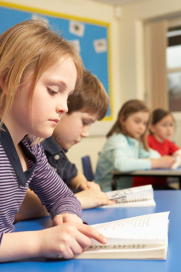 bokavläsningsschoolgirl royaltyfri fotografi