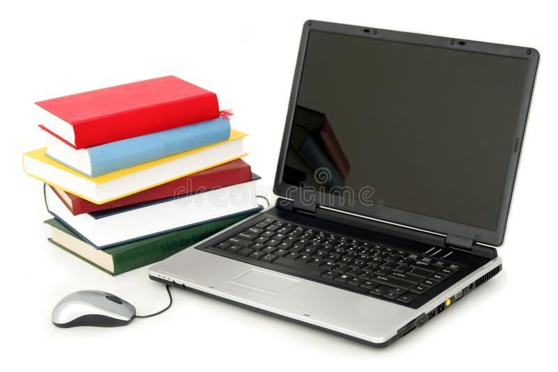 bokbärbar datorbunt arkivfoto