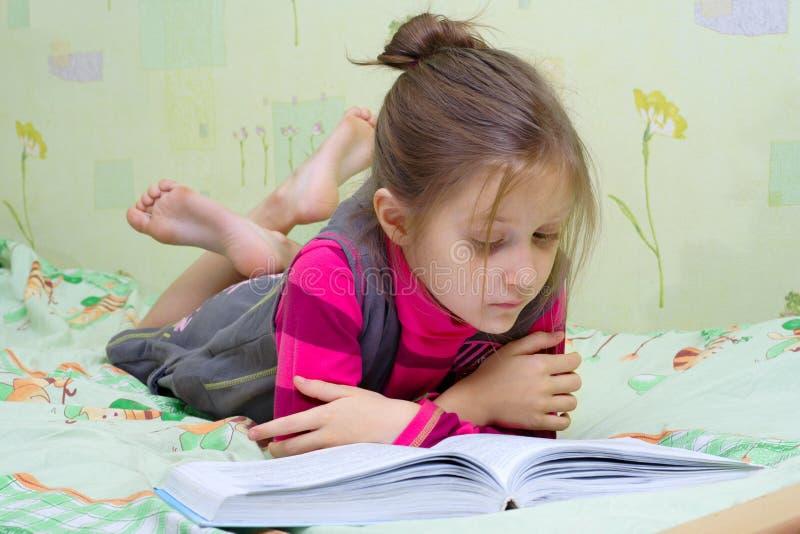 bokbarnavläsning arkivfoton