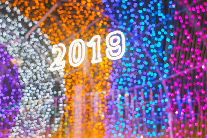 Bokeh和迷离第2019年 Bokeh线、五颜六色的bokeh帷幕、海蓝色和金黄颜色bokeh线 新年快乐2019年 Ligh 库存图片