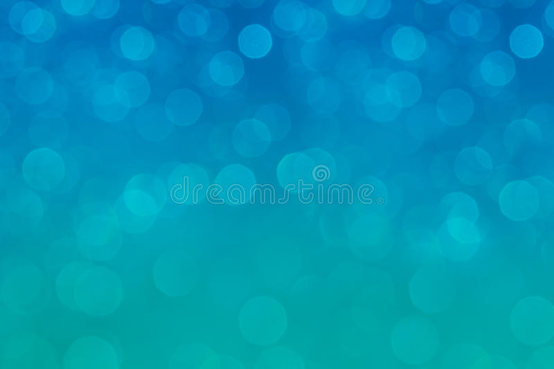 Bokeh软的淡色水色和蓝色背景与被弄脏的彩虹点燃 免版税库存图片