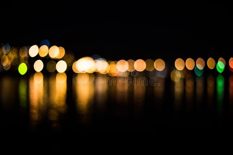 Bokeh του φωτεινού σηματοδότη στην πόλη με την αντανάκλαση στον ποταμό στοκ φωτογραφίες με δικαίωμα ελεύθερης χρήσης
