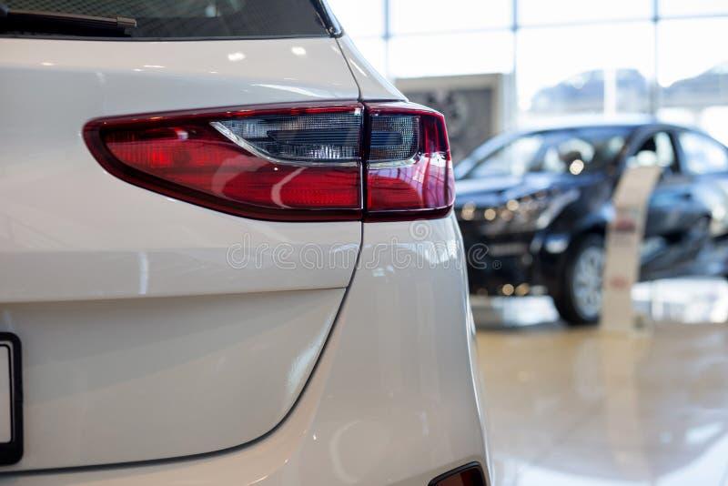 在经销商陈列室的新的汽车 汽车汽车经销权 有名望的车 库存图片