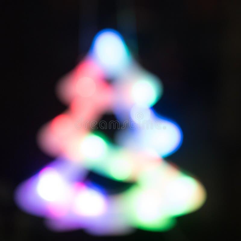 Bokeh abstrait de lumière de nuit d'arbre de Noël, fond defocused images libres de droits