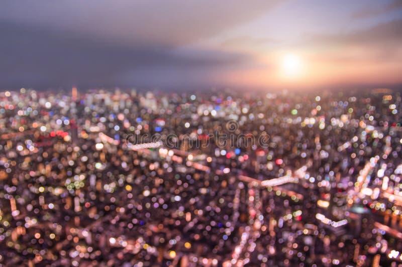 Bokeh aereo dell'orizzonte di Tokyo da sopra durante il tramonto fotografia stock