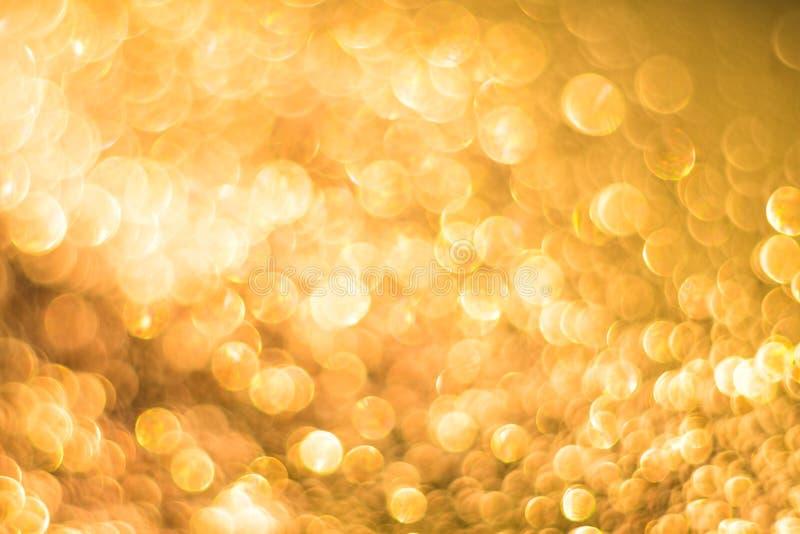 Bokeh astratto dell'oro con neve, Natale ed il fondo di tema del nuovo anno fotografie stock libere da diritti