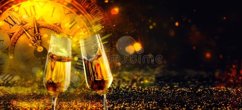 Bokeh błyszczący abstrakcjonistyczny tło z zegarem i szampanem fotografia royalty free