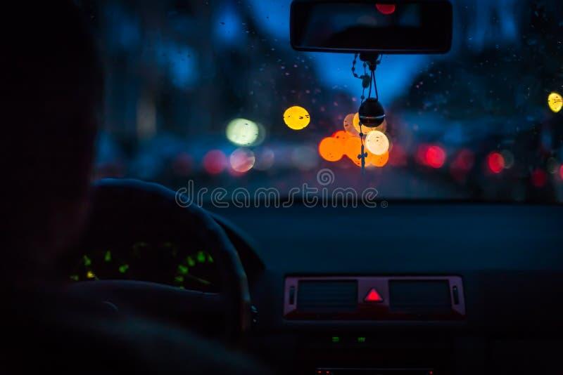 Bokeh beleuchtet vom Verkehr auf Nachtzeit für Hintergrund Verwischen Sie imaBokeh Lichter vom Verkehr auf Nachtzeit für Hintergr stockbilder