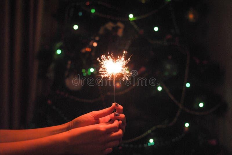 Bokeh bożych narodzeń sparklers i girlanda fotografia royalty free