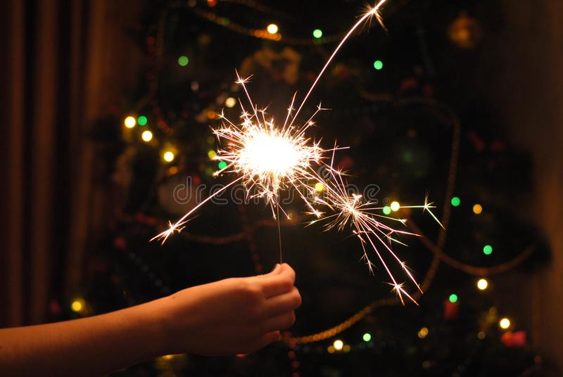 Bokeh bożych narodzeń sparklers i girlanda fotografia stock