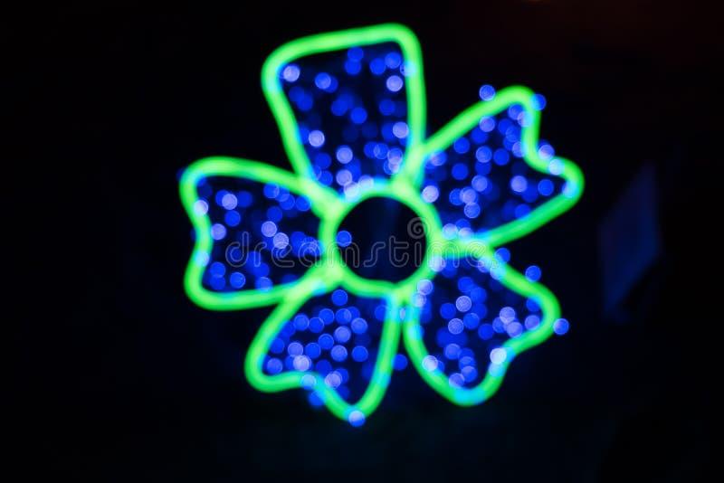 Bokeh borrado colorido da luz na forma da flor isolada foto de stock