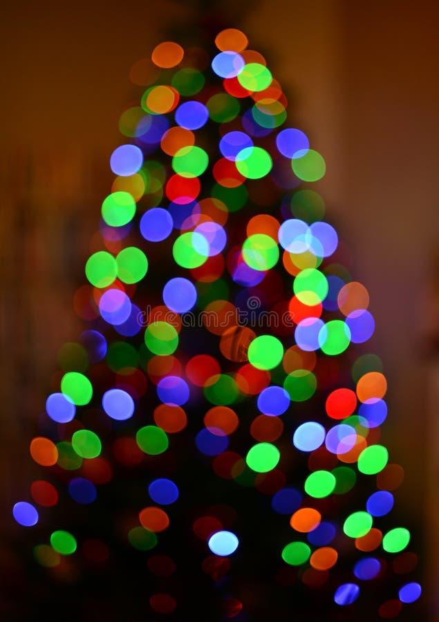 Bokeh borroso multicolor del árbol de navidad de la silueta abstraiga el fondo imagen de archivo libre de regalías