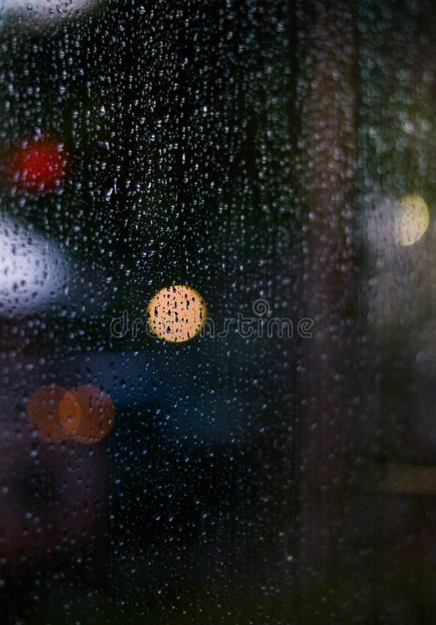 Bokeh chuvoso da noite imagem de stock