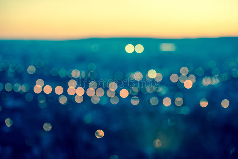 Bokeh circulaire abstrait de flou de lumières de ville sur le backg bleu modifié la tonalité photographie stock