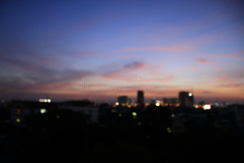 Bokeh colorido borroso para el fondo de la noche, ciudad abstracta de la falta de definición de la noche con el fondo ligero colo foto de archivo