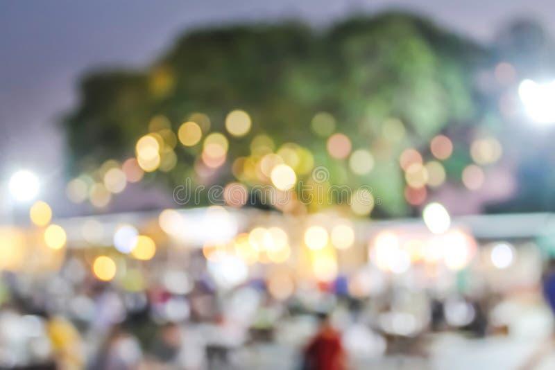 Bokeh colorido e imagen borrosa en el mercado de la noche de la comida fotos de archivo