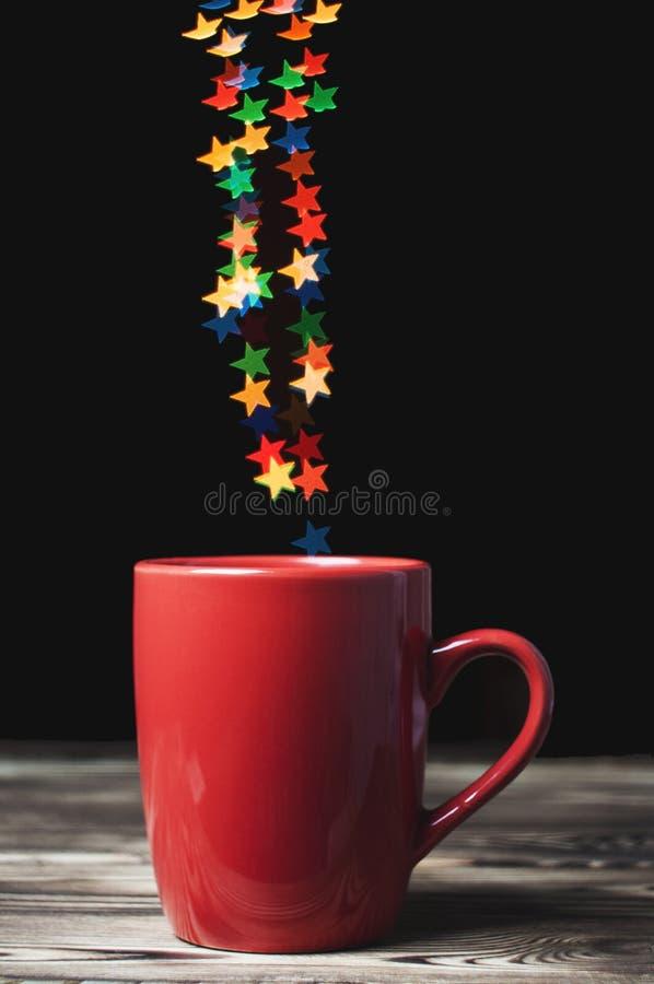 Bokeh das luzes de Natal sob a forma das estrelas foto de stock