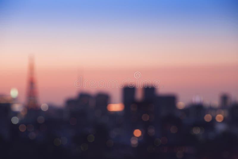 Bokeh de la falta de definición de la ciudad de la luz de la noche en la puesta del sol imagen de archivo libre de regalías