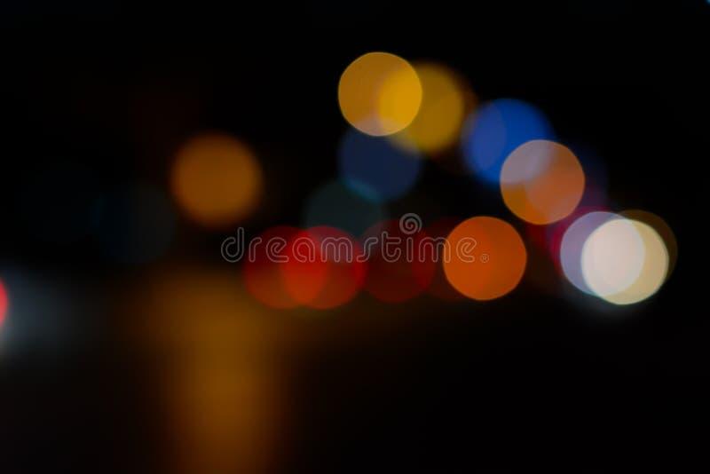 Bokeh de la imagen de fondo en el camino en la noche imagen de archivo