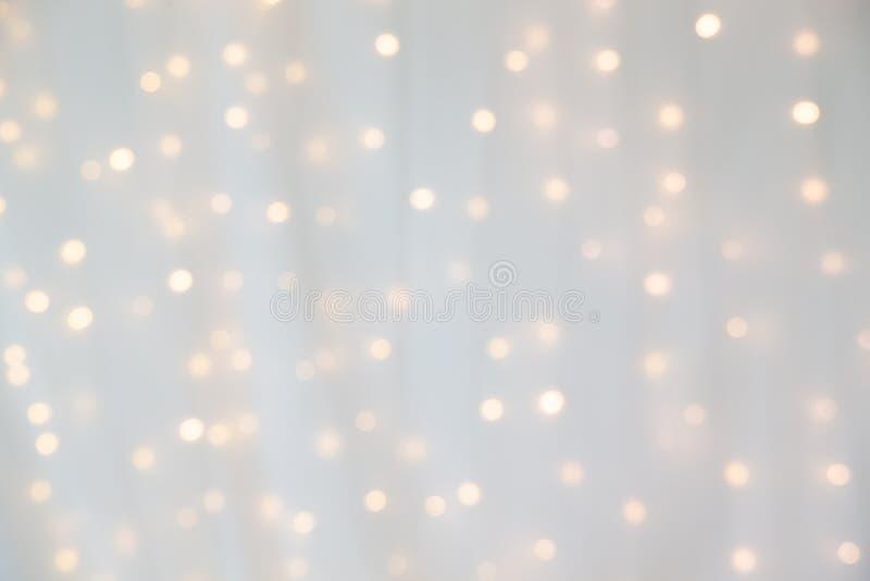 Bokeh de la luz llevada amarilla debajo de la cortina imagenes de archivo