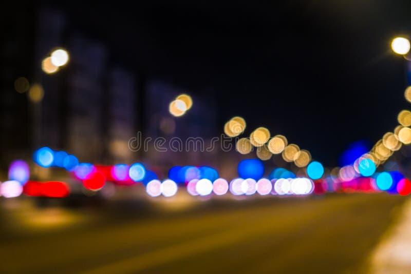 Городской транспорт ночи в гигантской метрополии Предпосылка bokeh света города Defocused светофоры ночи стоковое изображение rf