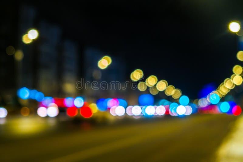 Городской транспорт ночи в гигантской метрополии Предпосылка bokeh света города Defocused светофоры ночи стоковые фото