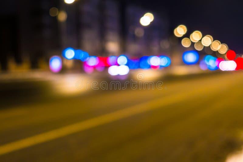 Городской транспорт ночи в гигантской метрополии Предпосылка bokeh света города Defocused светофоры ночи стоковая фотография