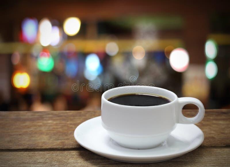 Bokeh defocused do copo de café fotografia de stock royalty free