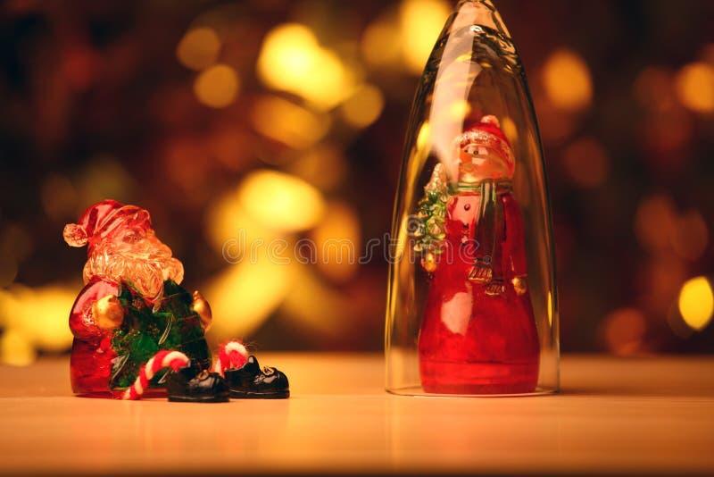 Bokeh di legno di vetro dell'oro della tavola di Santa Claus Snow Man fotografia stock libera da diritti