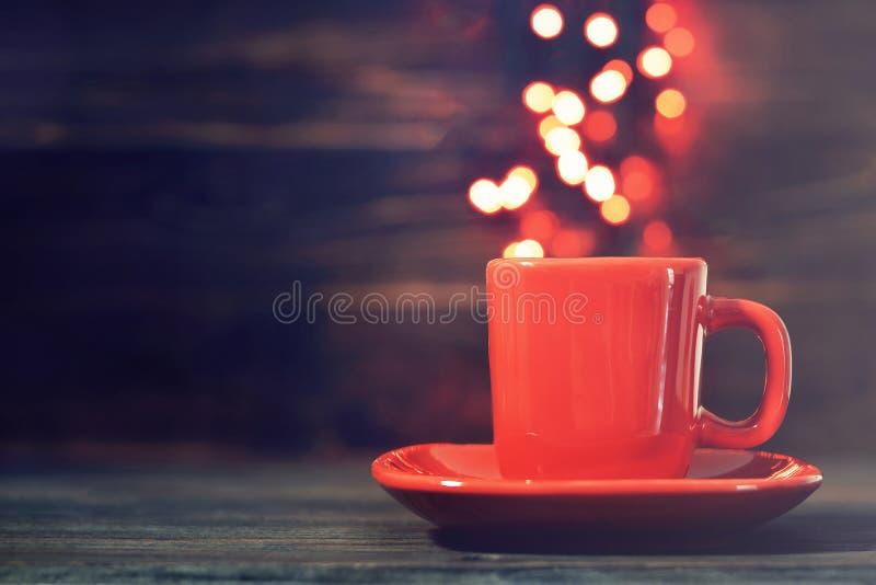 Bokeh di natale Tazza da caffè con le luci del bokeh immagini stock