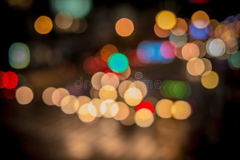 Bokeh för stadsljussuddighet, defocused bakgrund arkivbilder