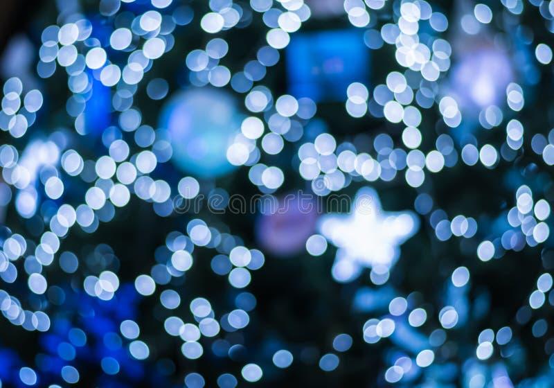 Bokeh léger bleu brouillé par résumé à l'arbre de Noël à l'arrière-plan de nuit photos stock
