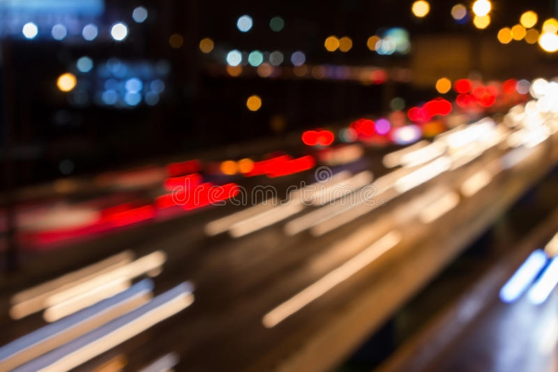 Bokeh-Landstraßen-Stadtverkehrs-Hauptverkehrszeit Teleportieren Sie zu einen anderen dimen lizenzfreies stockbild