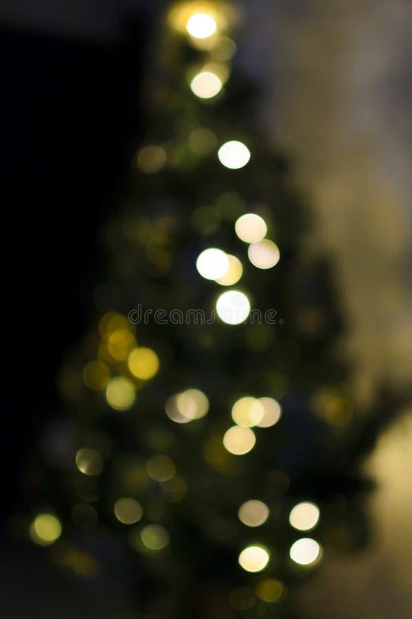 Bokeh multicolore sul backgr festivo verticale dell'albero di Natale fotografia stock libera da diritti