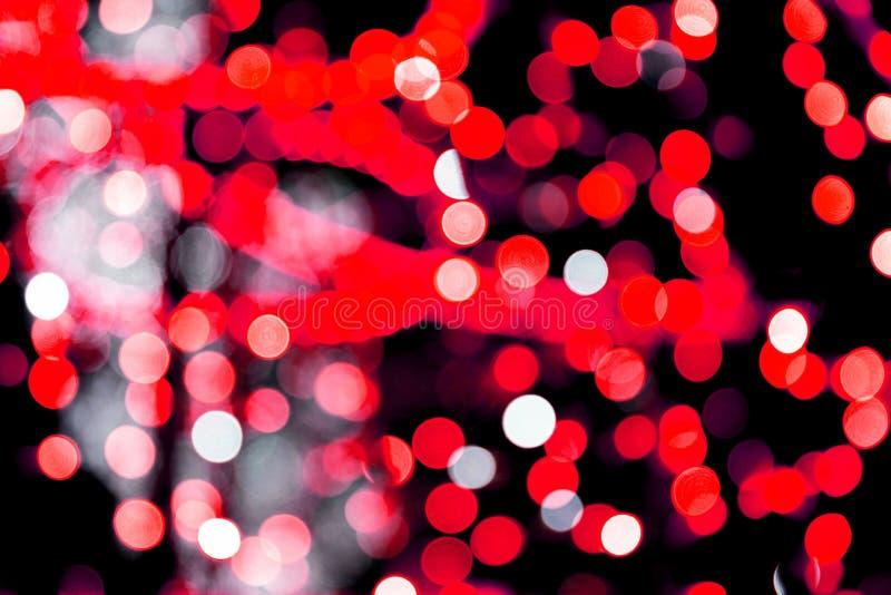 Bokeh rosso astratto Unfocused su fondo nero defocused e vago molti intorno a luce immagini stock libere da diritti