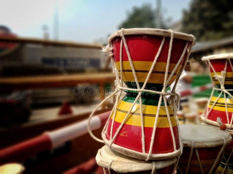 Bokeh shot do instrumento musical de Lord Shiva chamado Damru está à venda em Varanasi, Índia fotografia de stock