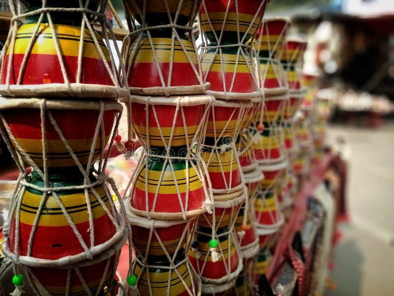 Bokeh shot do instrumento musical de Lord Shiva chamado Damru está à venda em Varanasi, Índia imagens de stock